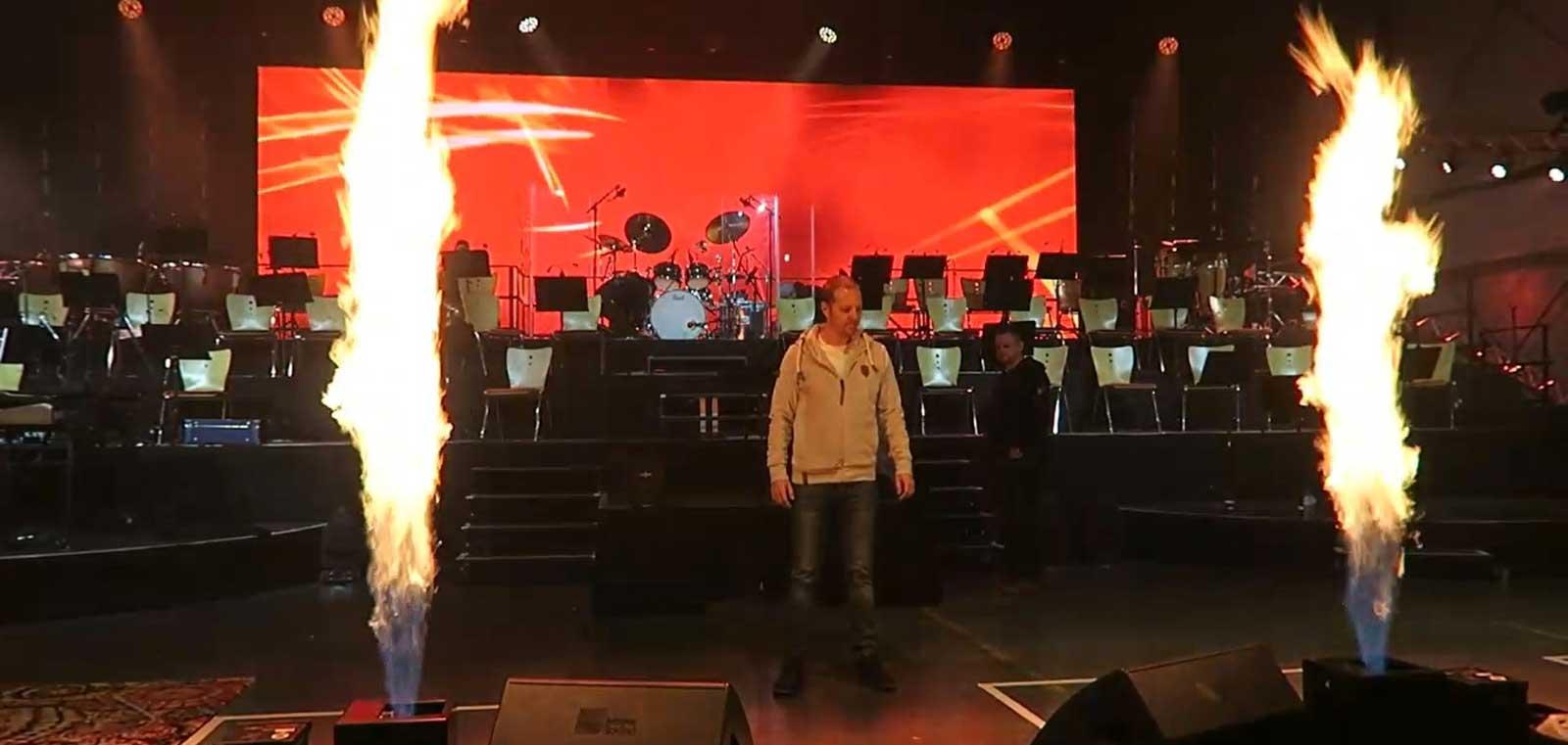 Norman Gräter als Speaker mit Feuer auf der Bühne